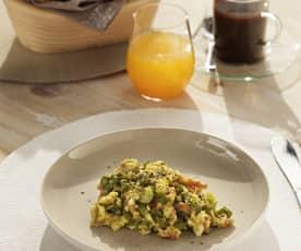 Huevos revueltos con espárragos y beicon
