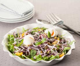 Ensalada de primavera con huevos poché