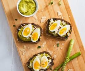 Bruschette integrali con asparagi, uova e Parmigiano Reggiano
