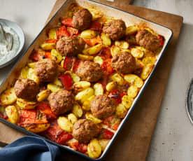 Pieczone pulpety i pikantne ziemniaki z papryką