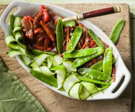 Pimiento rojo y cebolla caramelizados con papardelle de calabacín y tirabeques