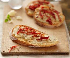 Crostini con quesos y tomates secos