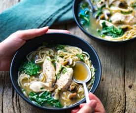 Ramen au poulet, épinards et champignons