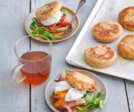 Muffins à la farine complète, œufs mollets et lard