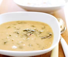 Sopa de feijão-frade e espinafres