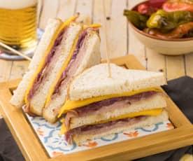 Club Sandwich manzo e cipolle con jalapeno in agrodolce