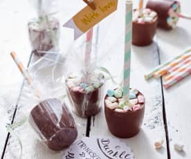 Dunkle Trinkschokoladenlöffel mit Marshmallows