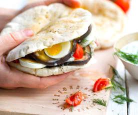 Pains pita à l'aubergine, œuf et sauce yaourt