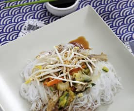 Fideos orientales de soja con verduras