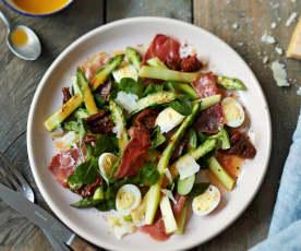 Salade d'asperges aux œufs de caille, jambon et tomate confite