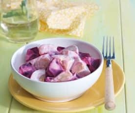 Ensalada de patata, remolacha fresca y huevo