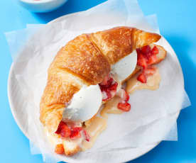 Eis-Croissant mit Erdbeeren