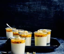 Weisse Schokolade-Panna-cotta mit Passionsfrucht.