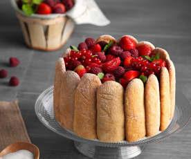 Charlota de chocolate con fresas y frutos rojos