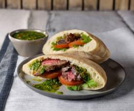 Pita-Sandwich gefüllt mit Steak und Chimichurri