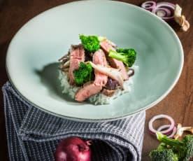 Rindfleisch-Wok mit roten Zwiebeln und Brokkoli