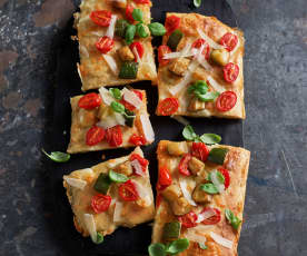 Pizza mit Zucchini und Tomaten