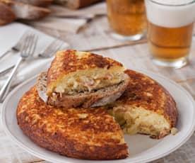 Tortilla de patata rellena de beicon y queso