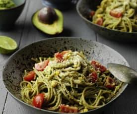 Esparguete integral com molho de abacate e 'parmesão' vegan