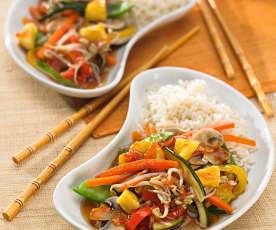 Ryż z warzywami gotowanymi na parze i sosem słodko-kwaśnym