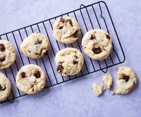 Cookies de chocolate blanco con pepitas negras