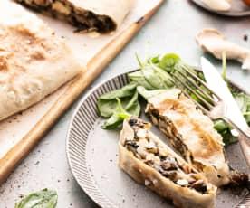 Strüdel salato con funghi, feta e spinaci