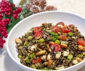 Salada de arroz selvagem com aspargos e castanha de cajú