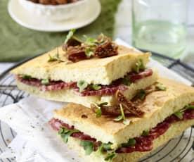 Focaccia mit Salami und Feigen