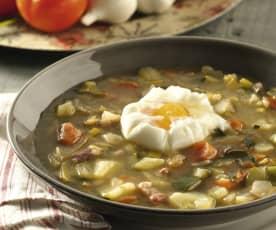 Sopa de verduras y jamón con huevo poché