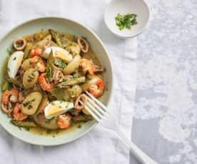 Salada morna de lulas e camarão com legumes e ovo