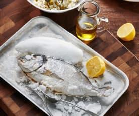 Dorade in Salzkruste mit Olivenreis
