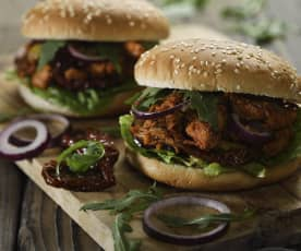 Hamburger s trhaným vepřovým masem a pikantní omáčkou