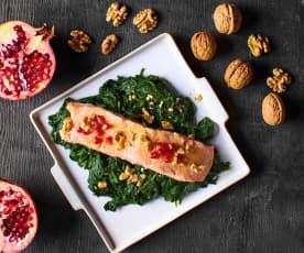 Insalata salmone, spinaci, noci e melagrana