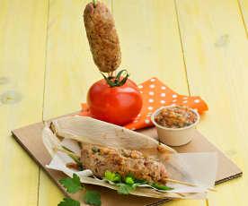 Brochetas de carne picada y aliño de tomate