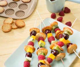 Brochetas de frutas con minigofres crujientes