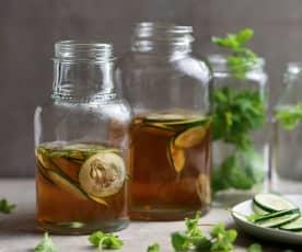 Chá verde fresco com erva cidreira e pepino