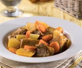 Gulasz z seitanu, ziemniaków i marchewki