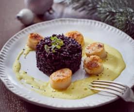 Jakobsmuscheln mit schwarzem Reis und Safran-Sahnesauce