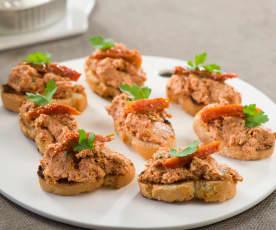 Tosta de tomates secos y atún