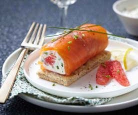 Roulé de saumon et pamplemousse, crème ciboulette