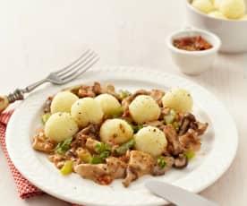 Pilzragout mit Tomatenpesto und Mini-Kartoffelklößen