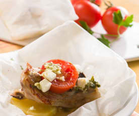 Papillote de cordero con tomate y queso feta