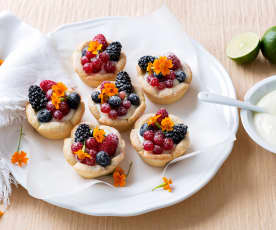 Tartaletas con crema de lima y frutos rojos
