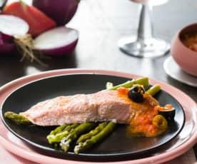 Salmón al vapor con salsa de tomate rosa y aceitunas y espárragos verdes