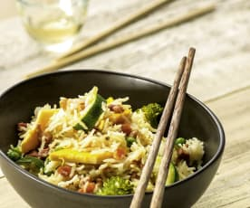 Asiatischer Reis mit Eiern und Gemüse