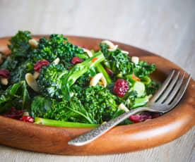 Kale, broccolini y arándanos con almendras