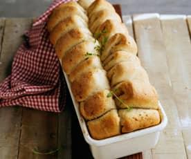 Odrywany chlebek z nadzieniem słonecznikowo-ziołowym i czosnkiem