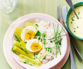 Poireaux au curry, riz semi-complet et œufs mollets