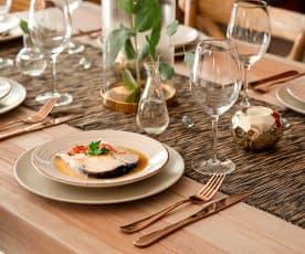 Merluza en salsa de guisantes y pimiento rojo asado