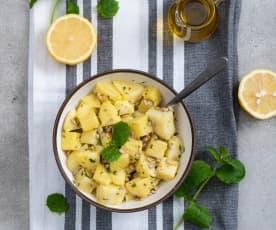 Sałatka z gotowanych ziemniaków z miętowo-cytrynowym sosem